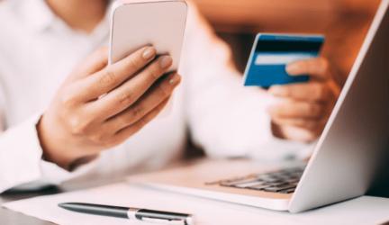 mujer verificando quién ha utilizado su Tarjeta de Crédito