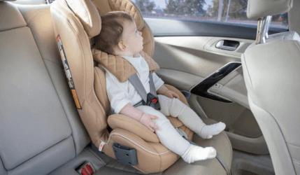 bebe en coche con isofix